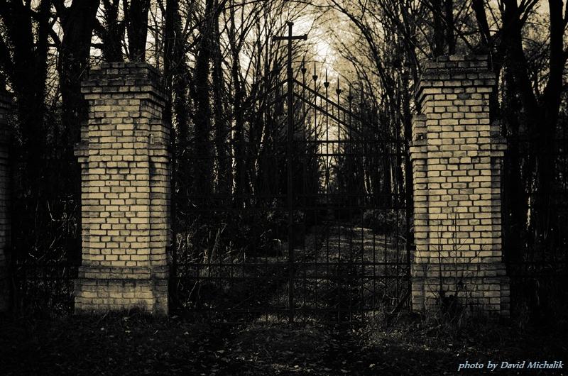Vstupní brána bohnického hřbitova je zamčená